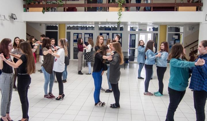 27acd47a4 Spoločenské tance na hodinách etikety - Gymnázium J.B. Magina Vrbové